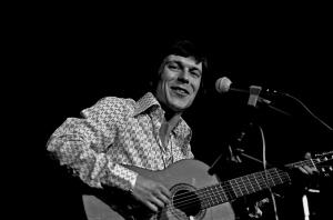 Foto Wikipedia: Reinhard Mey Live in Hamburg, 1974