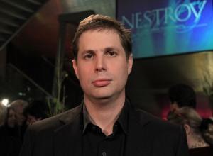 Foto: Wikipedia: Daniel Kehlmann bij de Nestroy-Theaterprijs 2012 in het MuseumsQuartier in Wenen.