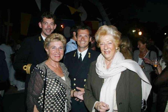 Oktober 2003: de voormalige Nederlandse consul Henriette Motos-Moens (l) en Ellen Vogel (r) op een Nederlands marineschip in Palma de Mallorca. Foto: Ⓒ Allard van Gent