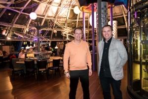 De uitvinder van de achtbaanrestaurants de heer Michael Mack (r) en de heer Christian Steinbach, directeur van de achtbaanrestaurants in Hamburg en Dresden.