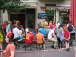 Voetbal kijken bij bar Herman in Berlijn