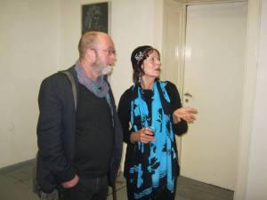 Li Koelan vertelt een bezoeker iets over haar werk