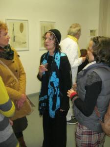 Li Koelan met geïnteresseerde bezoekers