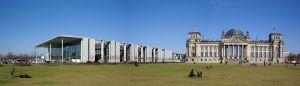 Foto Berthold Werner (Wikipedia): Berlijn, Reichstag (rechts) en Paul-Löbe-Haus (links)