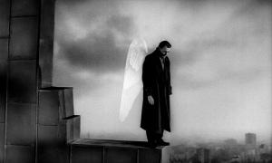 De engel Damiel (Bruno Ganz) waakt als engel over de mensen in Berlijn. Hij neemt alleen als toeschouwer aan hun leven deel, totdat hij zelf wil ruiken, smaken en voelen. ZDF / Henri Alekan: Wim Wenders Stiftung