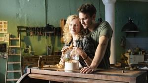 Nele in Berlin Nele (Cornelia Gröschel) heeft in Berlijn haar geluk gevonden: ze houdt van haar vriend Grzegorz (Vladimir Burlakov) en het restaureren van oude meubels in de gezamenlijke werkplaats. Foto: ZDF - Pola Sieverding