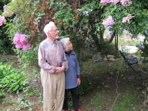 Jean en Muriel in hun tuin op Mallorca