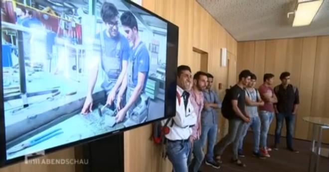 De eerste 13 vluchtelingen mochten vandaag hun 'Jobrijbewijs in ontvangst nemen. Klik op de foto en bekijk de beelden in het Berlijnse journaal Abenschau (minuut 00:29 - 00:58)