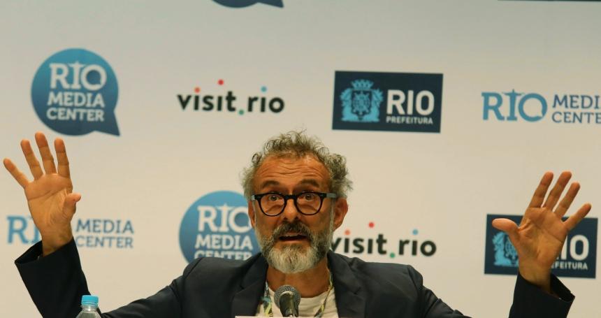 Rio de Janeiro. Driesterrenkok Massimo Bottura is tegen verspilling van voedsel en kookt in Rio de Janeiro met ingrediënten die ander in de vuilnisbak zouden belanden.