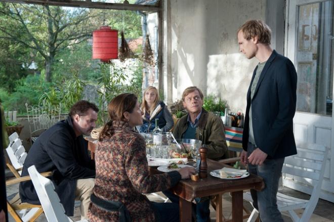 Jens (Sebastian Koch, 2.v.l.), Tina (Barbara Auer, l.), Doro (Elisa Schlott, M.), Henner (Sylvester Groth, 2.v.r.) und Gregor (Robert Gwisdek, r.).