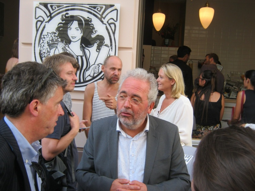 Conceptmaker Niko Koffeman (2e van rechts) met op de achtergrond zijn vrouw, de Nederlands presentatrice en programma maker Antoinette Hertsenberg (r)