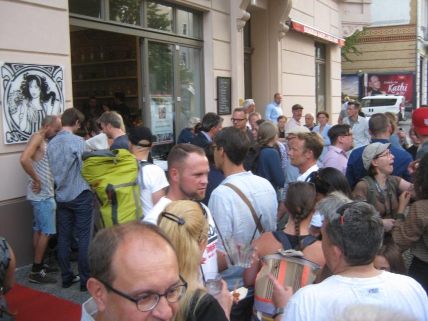 Drukte bij de opening van 'Der vegetarische Metzger' in de Bergmannstrasse in Berlijn.